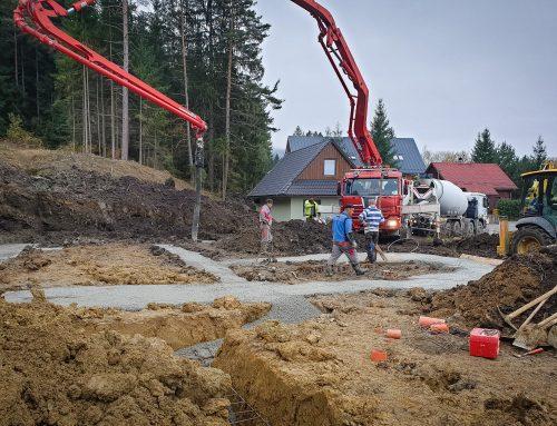 Betónovanie prvých základov a dosiek